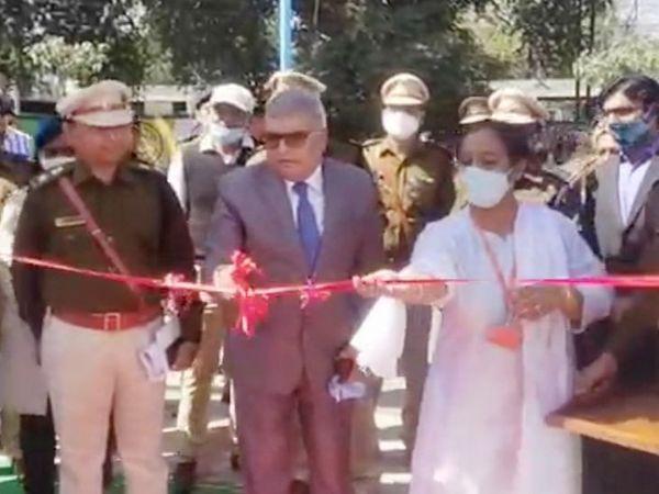 जेल विभाग के डीजी अरविंद कुमार ने पेट्रोल पंप का फीता काटा।