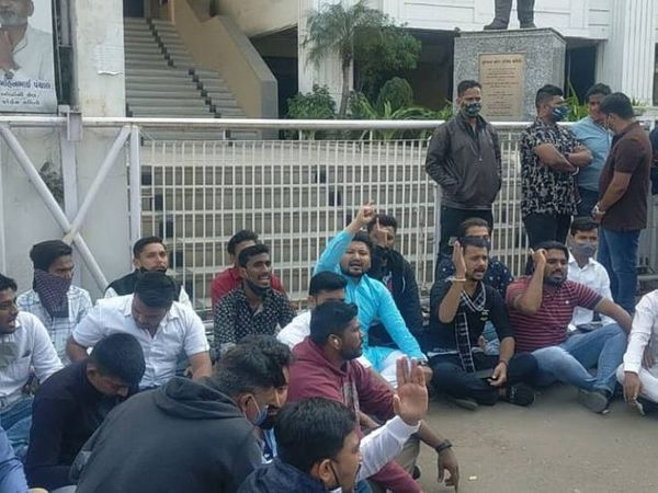 विरोध प्रदर्शन करते हुए कांग्रेसी कार्यकर्ता। - Dainik Bhaskar