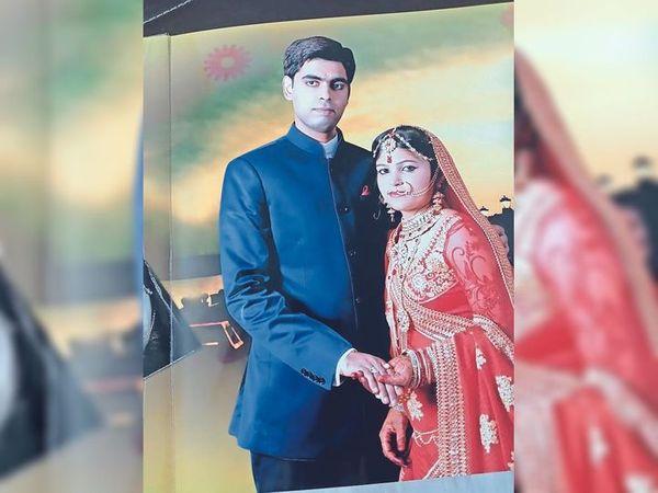पति हिमांशु जायसवाल के साथ संध्या की शादी के दौरान की फोटो। - Dainik Bhaskar