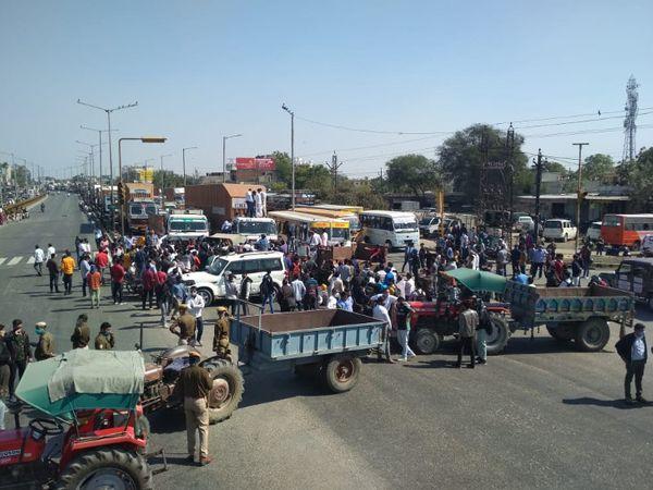 जयपुर में ट्रैक्टर के जरिए रास्ता रोका गया।
