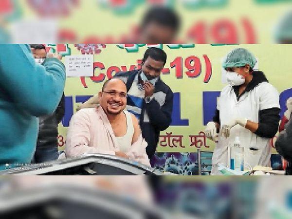 शनिवार को सदर अस्पताल में कोविड का टीका लगवाते जिलाधिकारी। - Dainik Bhaskar