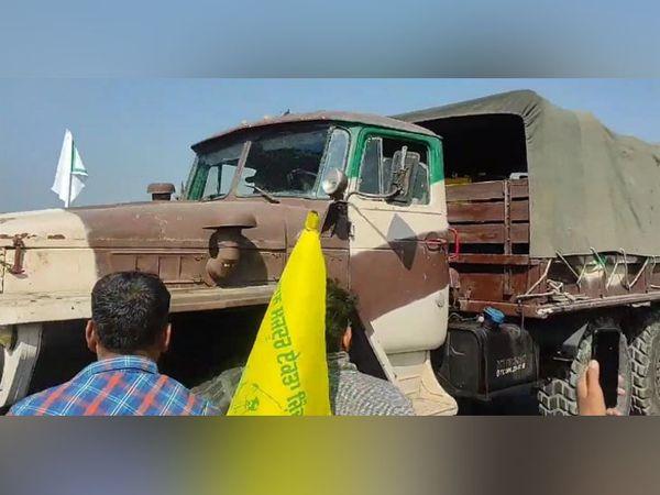 अबूबशहर में चौटाला रोड पर सैनिकों की गाड़ियों को रास्ता खोलकर निकाला।