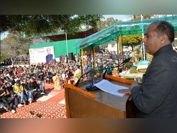 पालमपुर के बनूरी में हिमाचल प्रदेश वूल फेडरेशन द्वारा आयोजित भेड़ प्रजनन सम्मेलन को संबोधित करते मुख्यमंत्री जयराम ठाकुर। - Dainik Bhaskar