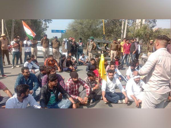 हिसार में राजगढ़ रोड पर स्थित आजाद नगर नाके के पास किसानों के समर्थन में धारने पर बैठे युवा और मौजूद पुलिस बल।