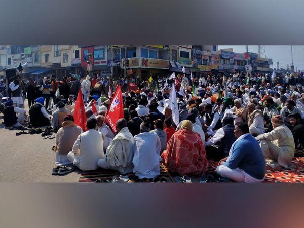 करनाल के असन्ध में रास्ता जाम करके बैठे किसान जत्थेबंदियों के लोग।