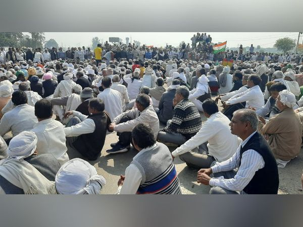 हरियाणा-उत्तर प्रदेश और दिल्ली NCR के सीमावर्ती इलाके पलवल में धरने पर बैठे किसानों की भीड़।