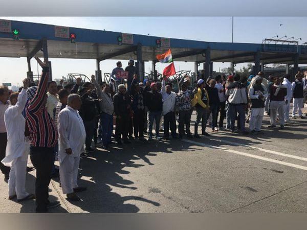 पानीपत में दिल्ली-अमृतसर हाईवे पर L&T के टोल प्लाजा पर रास्ता रोके हुए किसानों का समूह।