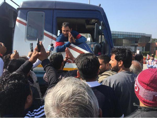 पानीपत में बाबरपुर टोल प्लाजा पर ट्रक चालक को रोके हुए आंदोलनकारी किसान संगठनों के लोग। - Dainik Bhaskar