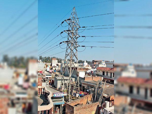 शहीद बाबू लाभ सिंह नगर में घर में लगा बिजली का खंभा। - Dainik Bhaskar