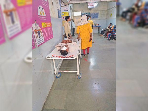 मरीज घंटों तक स्ट्रेचर पर ही पड़ा रहा। - Dainik Bhaskar