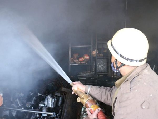 फायर ब्रिगेड की टीम ने तीन घंटे की मशक्कत के बाद आग पर काबू पा लिया। - Dainik Bhaskar