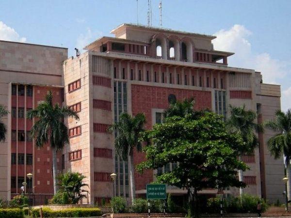लोकसभा चुनाव में अवैध लेन देन मामले में आरोपी पुलिस अफसरों के खिलाफ विभागीय कार्रवाई की फाइल एक माह से मुख्यमंत्री कार्यालय में अटकी है। इस वजह से गृह विभाग इन अफसरों को आरोप पत्र जारी नहीं कर पाया है। - Dainik Bhaskar