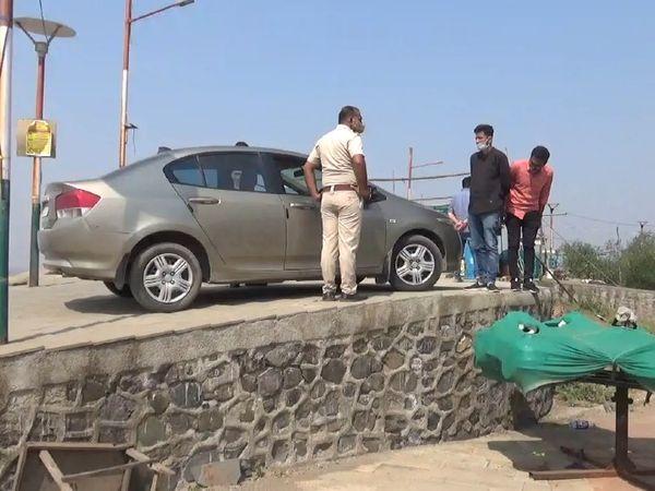 पुलिस ने आरोपी कार ड्राइवर के खिलाफ मामला दर्ज कर लिया है।