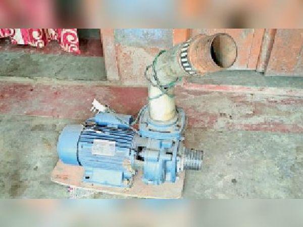 बिजली के अभाव में पड़ी मशीन। - Dainik Bhaskar