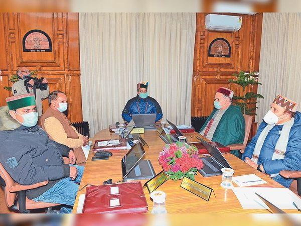 कैबिनेट की बैठक की अध्यक्षता करते हुए सीएम जयराम ठाकुर। - Dainik Bhaskar