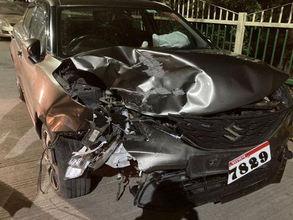 रेलिंग से टकराने के बाद कार का एक हिस्सा क्षतिग्रस्त हो गया। - Dainik Bhaskar