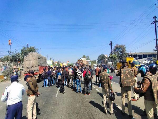 किसानों से ज्यादा पुलिस और मीडिया मौके पर नजर आई।