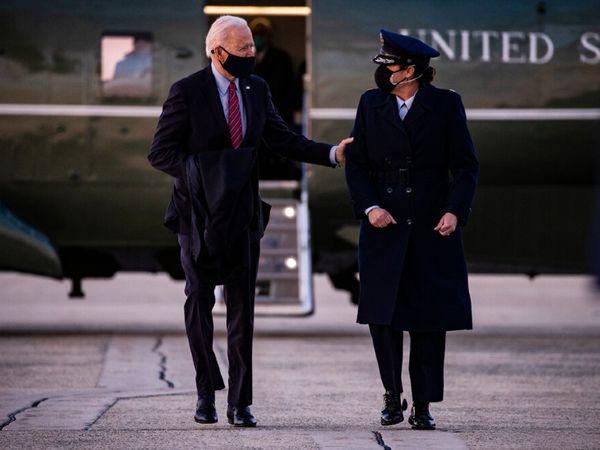 शुक्रवार को वॉशिंगटन के करीब सेंट एंड्रयू एयरबेस पर राष्ट्रपति जो बाइडेन अपनी एक एडवाइजर के साथ। - Money Bhaskar