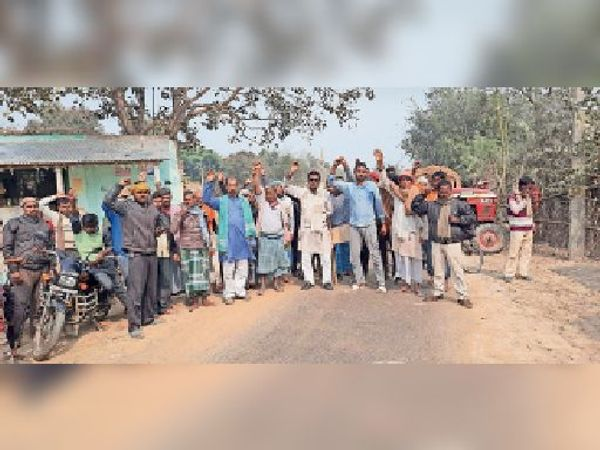 शंकरपुर में सड़क जाम कर विरोध जताते किसान। - Dainik Bhaskar