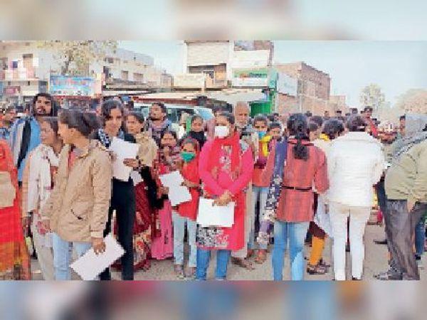 इंटर परीक्षा के छठे दिन सेंटर से बाहर निकलतीं छात्राएं। - Dainik Bhaskar