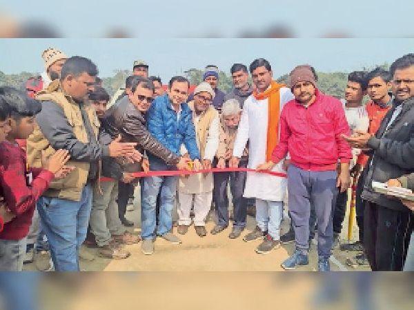 गनपतगंज के टूर्नामेंट का उद्घाटन करते सचिन माधोगरिया व अन्य। - Dainik Bhaskar