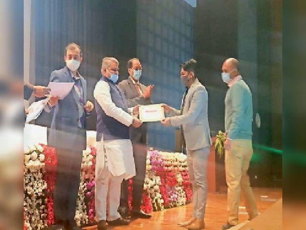 पटना में कुमारखंड के मनरेगा पीओ अभिषेक को सम्मानित करते मंत्री। - Dainik Bhaskar