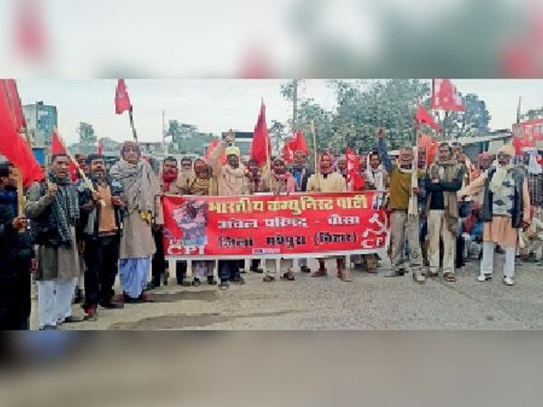 चौसा में चक्का जाम कर विरोध करते महागठबंधन के कार्यकर्ता। - Dainik Bhaskar