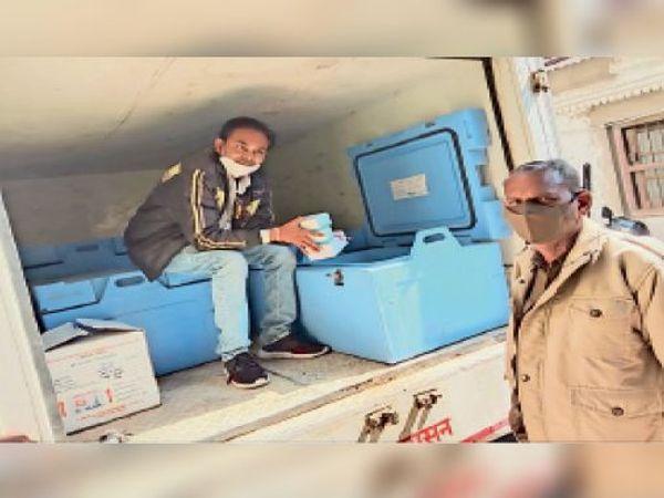 कोरोना वैक्सीन की 300 डोज की खेप झाबुआ पहुंची। - Dainik Bhaskar