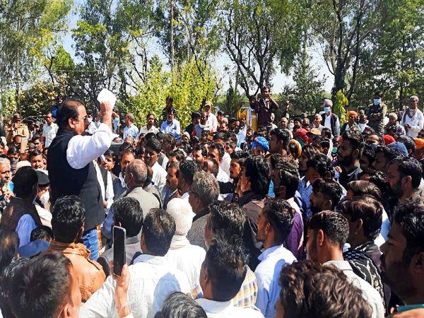 कांग्रेसी कार्यकर्ताओं को संबोधित करते परिवहन मंत्री प्रताप सिंह खाचरियावास।