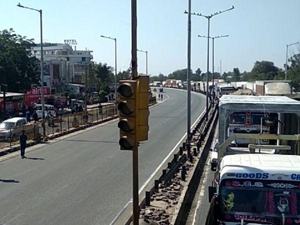 जयपुर-अजमेर बाइपास पर भांकरोटा चौराहे पर चक्का जाम के बाद वाहनों की लगी लंबी कतार। - Dainik Bhaskar