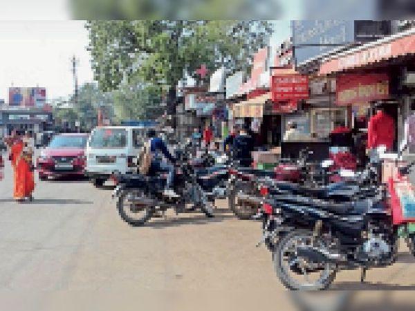 होशंगाबाद। इंदिरा चौक के पास पार्किंग के बाद भी अव्यवस्थित खड़े वाहन - Dainik Bhaskar