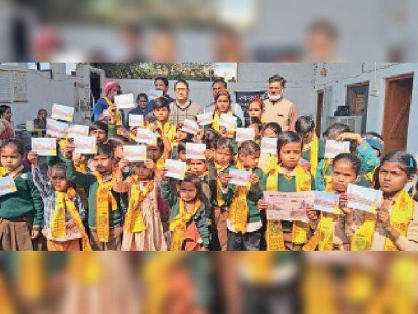 बच्चों ने जय श्रीराम के नारे लगाकर मंदिर के लिए दी दानराशि - Dainik Bhaskar