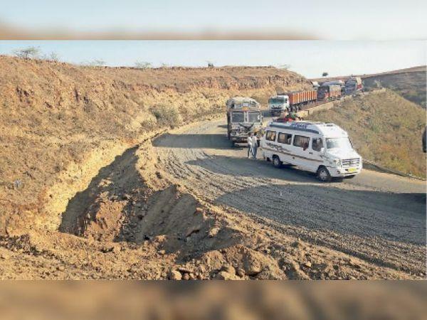माछलिया घाट के मोड़ पर इस तरह सड़क चौड़ी की जा रही है ताकि जाम नहीं लगे। - Dainik Bhaskar