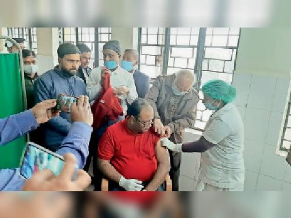सदर अस्पताल में कोविड का वैक्सीन लेते जिला पदाधिकारी डॉ. आदित्य प्रकाश। - Dainik Bhaskar