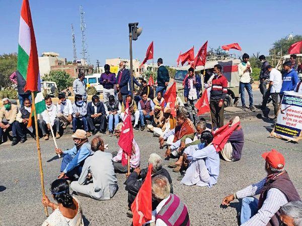 किसानों के समर्थन में उदयपुर में बलीचा चौराहे पर किया गया चक्का जाम। - Dainik Bhaskar