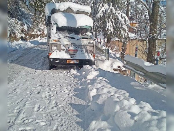 फागू के पास एनएच पांच पर ट्रैफिक शुक्रवार को बंद रहा, आज दोपहर तक खुलेगा। - Dainik Bhaskar