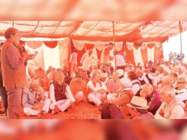 पलवल. किसानों के धरने को संबोधित करते मास्टर महेंद्र सिंह चौहान। - Dainik Bhaskar