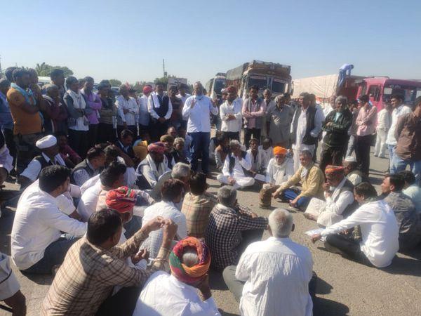 मेड़ता-अजमेर राष्ट्रीय राजमार्ग पर बैठे किसान। - Dainik Bhaskar