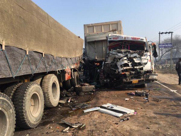 दोनों ट्रक हुए क्षतिग्रस्त।