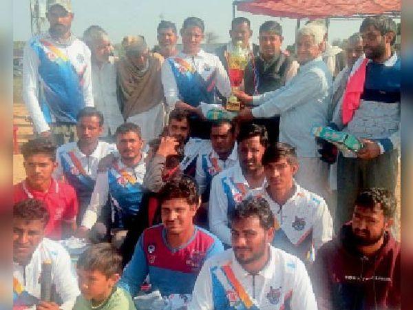 रघुनाथपुरा में विजेता टीम को ट्राफी प्रदान करते अतिथि। - Dainik Bhaskar
