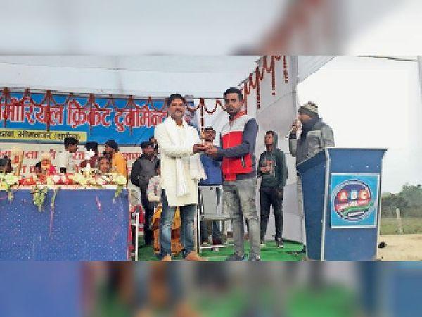 बादल को मैन ऑफ द मैच का पुरस्कार देते अतिथि दुर्गानंद सिंह। - Dainik Bhaskar