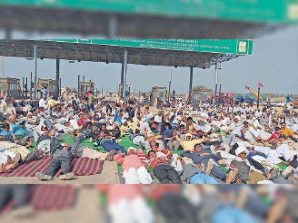 भिवानी। चक्का जाम के दौरान कितलाना टोल स्थित मुख्य सड़क पर लेटकर सरकार विरोधी नारे लगाकर प्रदर्शन करते मौजूद नागरिक। - Dainik Bhaskar