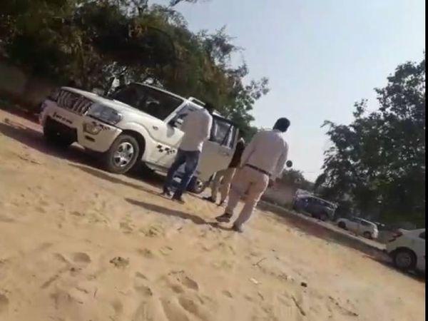 गोला का मंरिर थाना से एक संदेही को पूछताछ के लिए ले जाती नाेएडा पुलिस, संदेही सबसे आगे सफेद शर्ट में खड़ा हुआ - Dainik Bhaskar
