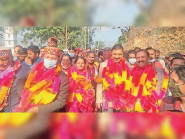 जिला परिषद अध्यक्ष व उपाध्यक्ष का चुनाव जीतने के बाद जश्न मनाते भाजपाई। - Dainik Bhaskar