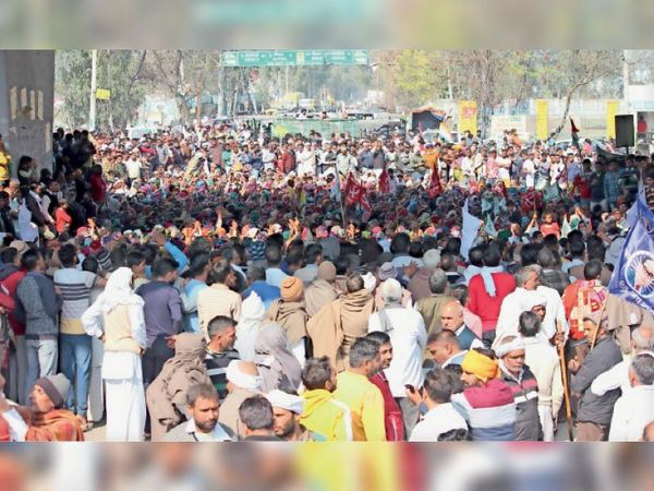 कैथल|कृषि कानूनों के विरोध में तितरम मोड़ पर पुल के नीचे जाम लगा बैठे किसान। - Dainik Bhaskar