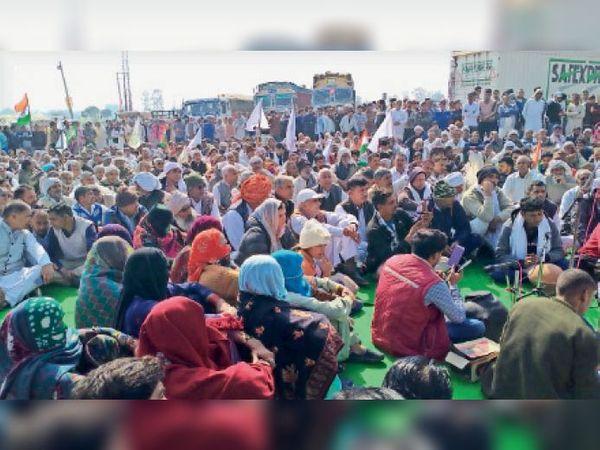 कलायत | खरक पांडव गांव के बीच कृषि कानूनों को रद्द करने की मांग को लेकर हिसार-चंडीगढ़ राष्ट्रीय राजमार्ग पर धरना प्रदर्शन करते किसान। - Dainik Bhaskar