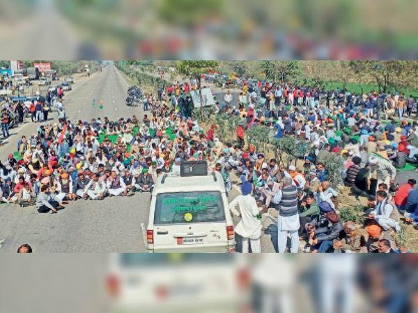 शाहाबाद | जीटी रोड पर गांव रतनगढ़ में रोड जाम करते किसान। - Dainik Bhaskar