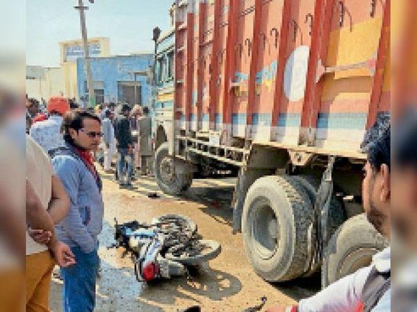 कालांवाली। हादसे के बाद क्षतिग्रस्त बाइक। - Dainik Bhaskar