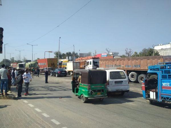 जयपुर-अजमेर हाइवे पर प्रदर्शन खत्म होने के बाद वापस से वाहनों की आवाजाही शुरू हो गई।