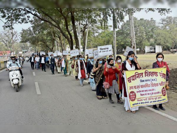 सागर   नियुक्ति की मांग को लेकर शुक्रवार को चयनित शिक्षक संघ के बैनर तले शिक्षकों ने रैली निकाली। - Dainik Bhaskar